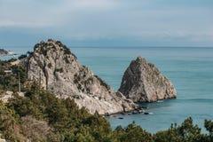 Felsen-Diva auf Strand, schöne Uferlandschaft Schwarzen Meers mit Gebirgs-Klippe, Haupt- Naturmarkstein in Krim-Simeiz stockfotos