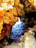 Felsen durch das Meer Stockbild