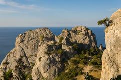 Felsen durch das Meer Stockbilder