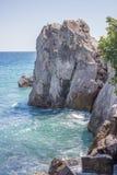 Felsen durch das Meer Lizenzfreie Stockbilder