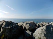 Felsen durch das Wasser Lizenzfreies Stockbild
