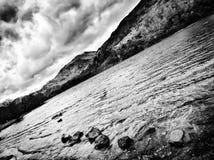 Felsen durch den See Lizenzfreie Stockbilder