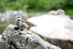 Felsen durch einen Fluss- einer auf den anderen Lizenzfreies Stockfoto