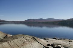 Felsen durch einen See Stockfotografie
