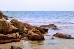 Felsen durch Meer stockfotos