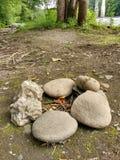 Felsen in einem Kreis, der für ein Lagerfeuer vorbereitet Stockbilder