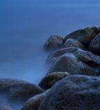 Felsen in einem Meer stockfoto