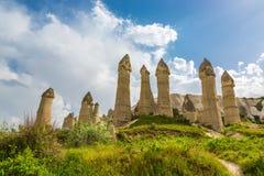 Felsen einer ungewöhnlichen Form im Tal der Liebe am Sommertag, Cappadocia Stockbild