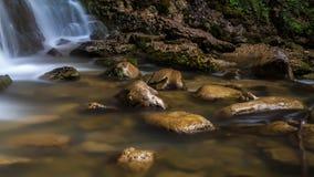 Felsen entlang dem Fluss lizenzfreies stockbild