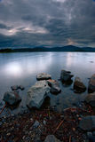 Felsen entlang Hauser See. lizenzfreie stockfotos