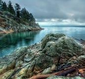 Felsen entlang Ufer mit kühlem Ton Stockbilder