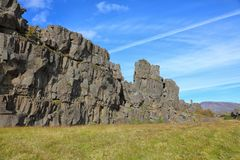 Felsen gegen den blauen Himmel, Island Stockbild