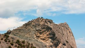 Felsen gegen einen Hintergrund des bewölkten Himmels stockbilder
