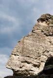 Felsen gegen einen Hintergrund des Himmels Lizenzfreie Stockfotografie