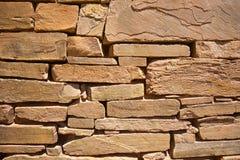 Felsen gelegt in antike Wand Lizenzfreie Stockbilder
