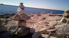 Felsen gesetzt auf einander in adriatischem Meer Stockfotografie