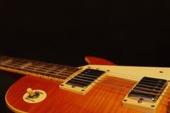 Felsen-Gitarrennahaufnahme der Honigsonnendurchbruchweinlese elektrische auf schwarzem Hintergrund, mit viel des Kopienraumes Sel Stockfotografie