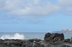 Felsen; Himmel; Ozean; spritzt Lizenzfreie Stockfotografie