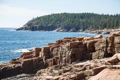 Felsen im Acadia-Wald Lizenzfreie Stockbilder