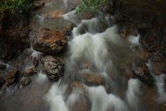 Felsen im Fluss Stockfotos