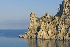 Felsen im Meer an der Dämmerung Stockfotografie