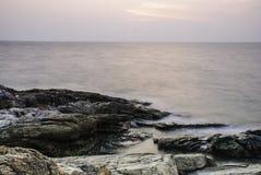 Felsen im Meer während des Sonnenuntergangs Lizenzfreies Stockbild