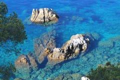 Felsen im Mittelmeer lizenzfreies stockbild