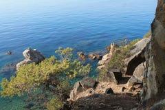Felsen im Mittelmeer lizenzfreie stockbilder
