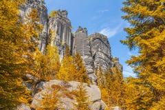 Felsen im Nationalpark von Adrspach-Teplice schaukelt - Tschechische Republik, im Herbst Lizenzfreies Stockfoto
