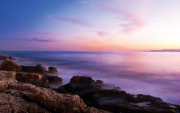 Felsen im nebelhaften Meer im Sonnenuntergang Lizenzfreies Stockfoto