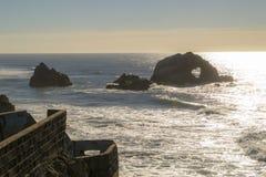 Felsen im Pazifischen Ozean stockbild