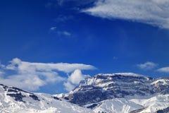 Felsen im Schnee am schönen Sonnentag Stockfotografie