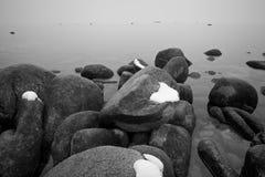 Felsen im See Stockbild