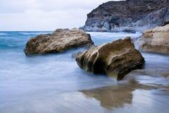Felsen im Ufer Stockbild