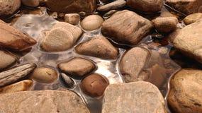 Felsen im Wasser Stockbild