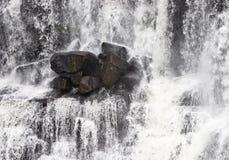 Felsen im Wasserfall Stockfoto