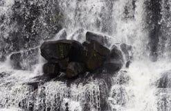 Felsen im Wasserfall Lizenzfreies Stockfoto