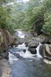 Felsen im Wasserfall Stockbild