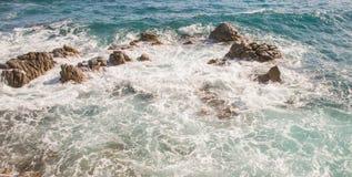 Felsen im wirbelnden Wasser Stockfotografie