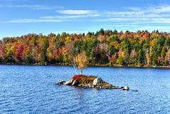 Felsen-Insel-Bucht-Herbstlaub, New York Stockbild