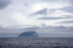 Felsen-Insel in den Wolken auf Färöern Lizenzfreies Stockbild