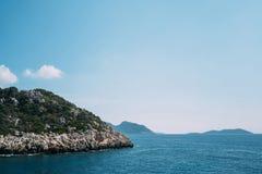 Felsen-Insel im Meer Stockfotografie