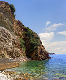 Felsen ist im Dorf von Rafailovici montenegro lizenzfreie stockfotos