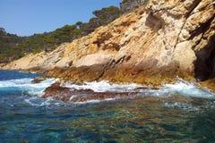Felsen am Meer in Spanien. Felsen am rand des Meeres. Küste in Spanien. Ein sonniger Tag an dem See Royalty Free Stock Photography