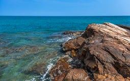 Felsen, Meer und blauer Himmel Lizenzfreie Stockfotografie