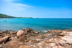 Felsen, Meer und blauer Himmel Stockfotos