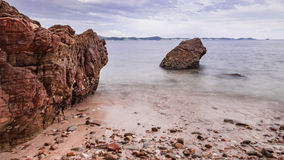 Felsen, Meer und blauer Himmel Lizenzfreie Stockbilder