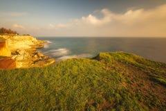 Felsen, Meer und Himmel am sonnigen Sommertag Lizenzfreie Stockbilder