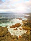 Felsen, Meereswellen und sonniger Himmel stockfoto