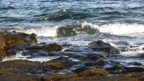 Felsen am Meereswoge-Spritzen stock footage
